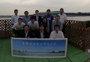 多摩川スカイブリッジをバックに。自民党川崎市議会議員団。